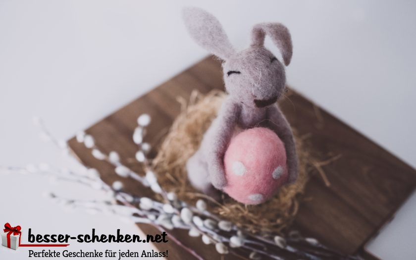 Stoffhase hält Ostergeschenk